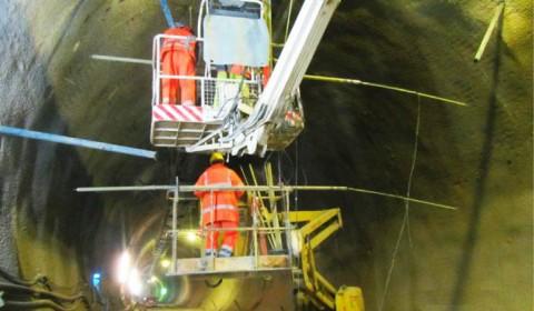 Radarmessung aus geneigten Bohrungen um die Tunnelröhre