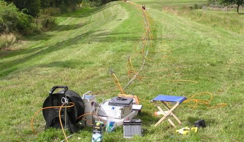 Messaufbau eines Geoelektrikprofils auf der Deichkrone zur Analyse des Deichzustands